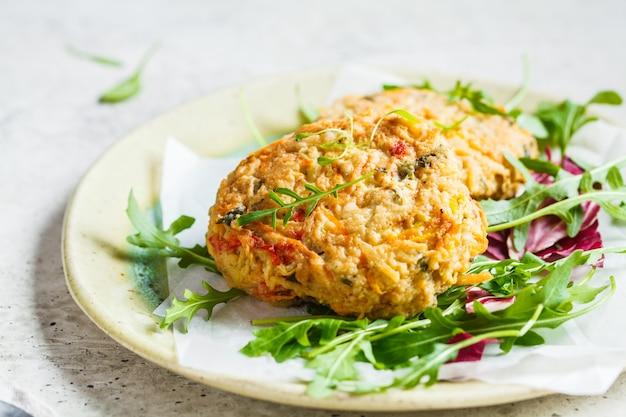 Groentekoteletten met rucola-salade. veganistisch eten concept.