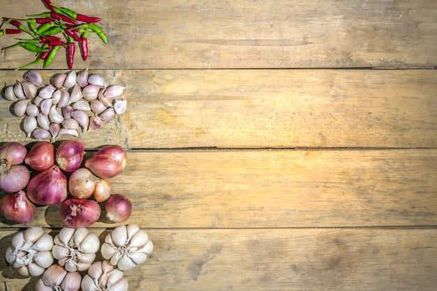 Groenten achtergrond gezonde tuin sjalot thaise knoflook thaise vogelspaanse peper