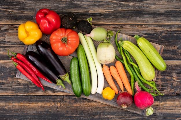 Groenten die verzameld werden op een houten snijplank
