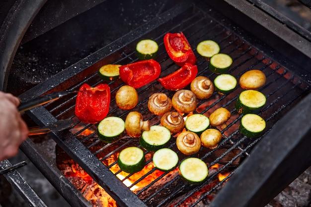 Groenten en champignons die gegrild worden op een houtskoolgrill, champignons en paprika