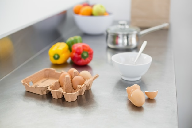 Groenten en eieren liggend op het werkoppervlak