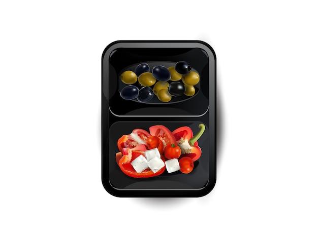 Groenten en fetakaas in een lunchbox die op witte achtergrond wordt geïsoleerd