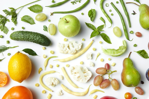 Groenten en fruit geïsoleerd op een witte tafel, voedsel voor de gezondheid