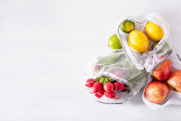 Groenten en fruit in herbruikbare mesh nylon tas, plasticvrij afvalconcept