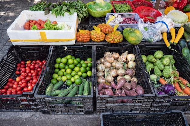 Groenten en fruit in manden