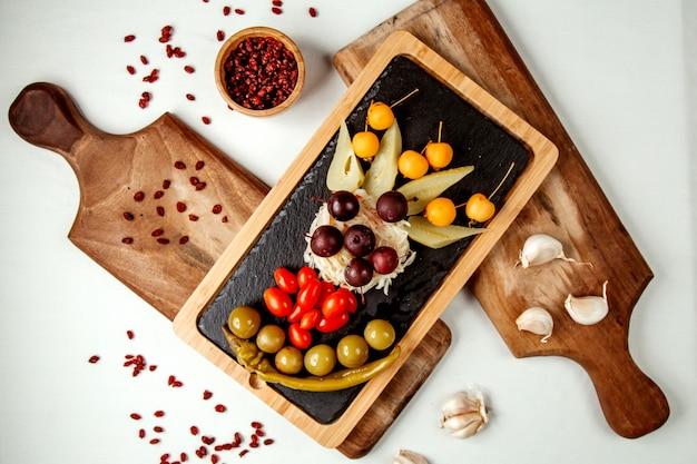 Groenten en fruit ingesteld op houten bord