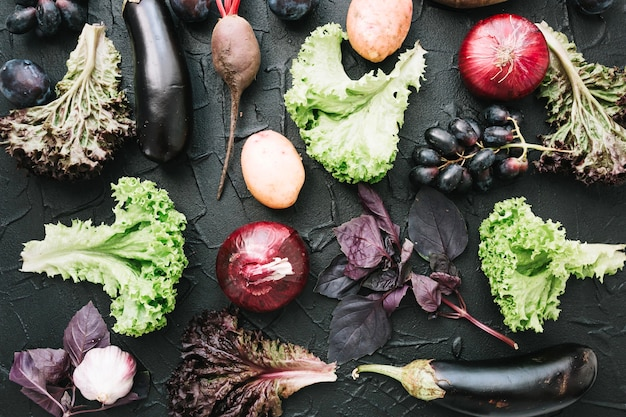 Groenten en fruit op donkere achtergrond