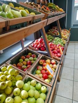 Groenten en fruit op een boerenmarkt