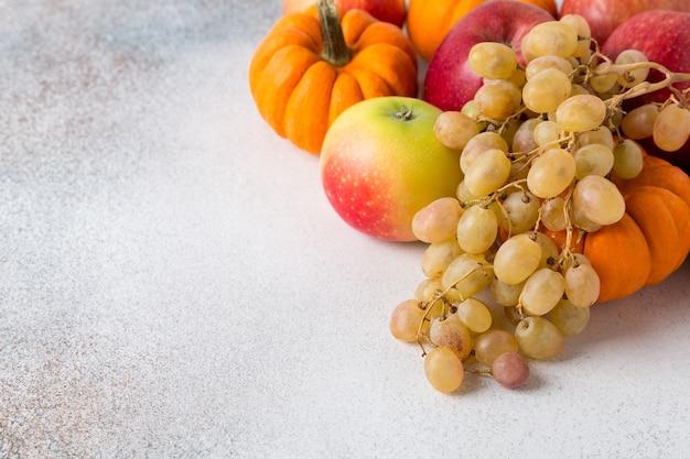 Groenten en fruit op een tafel. gezonde voeding, herfstoogst. ruimte kopiëren.