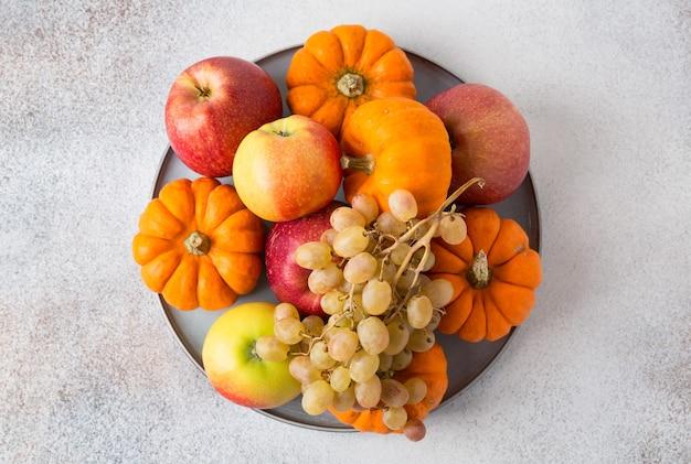 Groenten en fruit op een tafel. gezonde voeding, herfstoogst.
