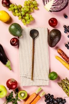 Groenten en fruit op roze tafel, plat lag, bovenaanzicht