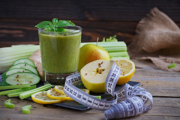 Groenten en fruit smoothie op houten oppervlak