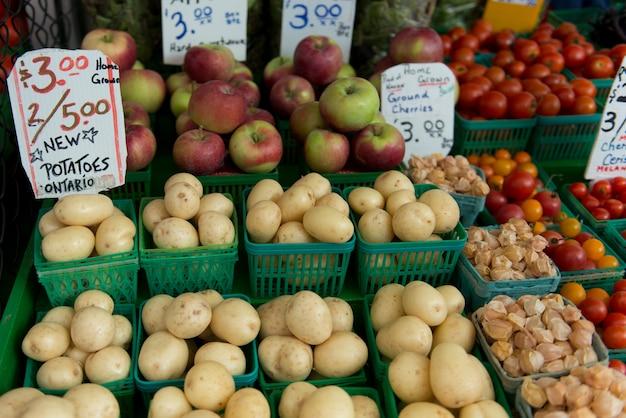 Groenten en fruit te koop bij een marktkraam, byward market, ottawa, ontario, canada