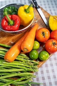 Groenten en fruit wassen.