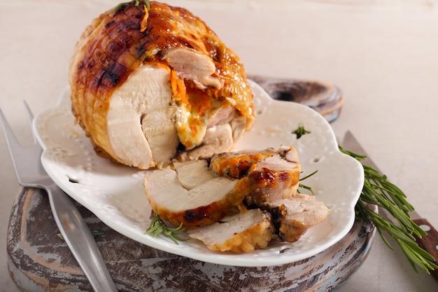 Groenten en kaas gevuld kippenbroodje, selectieve aandacht