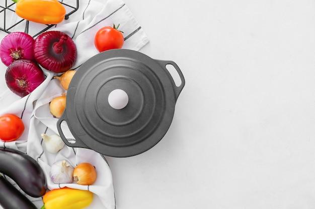 Groenten en kookpot op licht