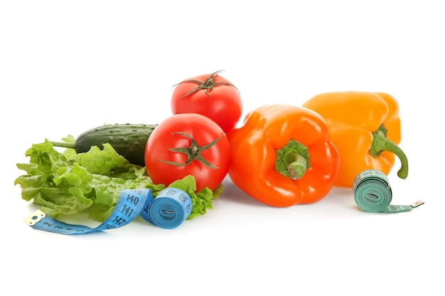 Groenten en meetlinten op witte achtergrond. diëet voeding