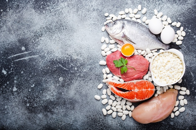 Groenten, fruit en voedingsmiddelen die kalium bevatten, stenen achtergrond, bovenaanzicht, ruimte voor tekst. natuurlijke bronnen van kalium, vitamines en micronutriënten, gezonde evenwichtige voeding, preventie van avitaminoseosis