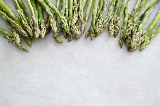 Groenten. groene asperges op tafel