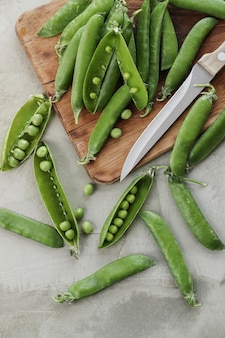 Groenten. groene erwten op tafel