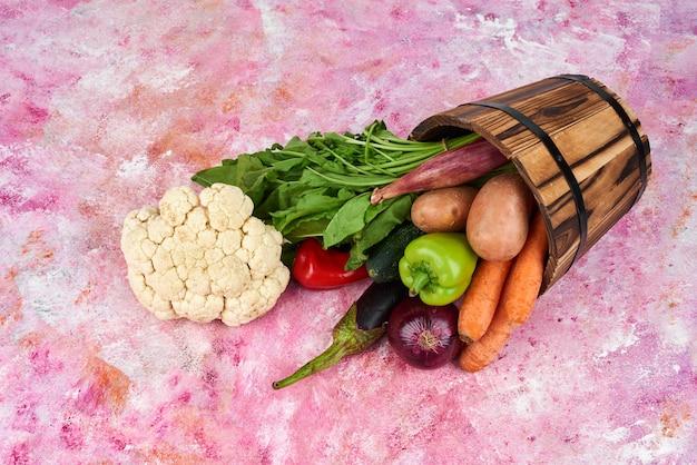 Groenten in de houten emmer.