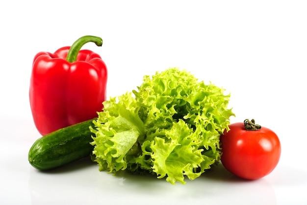 Groenten in de keuken voor salade, geïsoleerd op wit