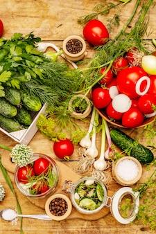 Groenten in het zuur concept. kookproces, specerijen, vers geurende kruiden