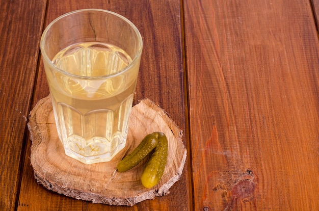 Groenten in het zuur sap, ingelegde komkommer op hout