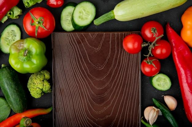 Groenten met snijplank op kastanjebruine tafel