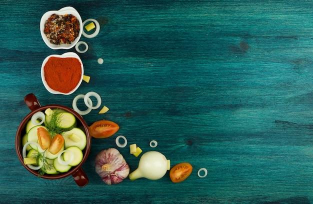 Groenten op achtergrond. verse groenten en kruiden op een houten oppervlakte. kopieerruimte