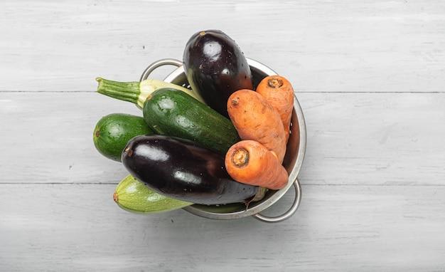 Groenten op een houten tafel. ingrediënten voor ratatouille