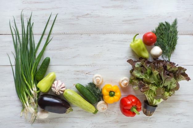 Groenten op een witte houten tafel