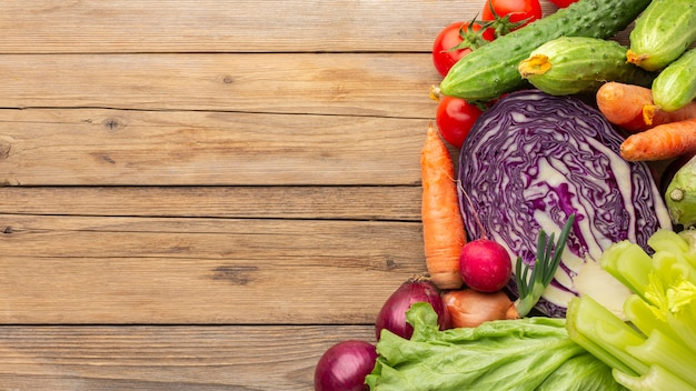 Groenten op houten tafel bovenaanzicht