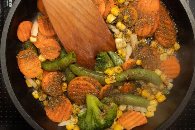 Groenten op koekenpan close-up
