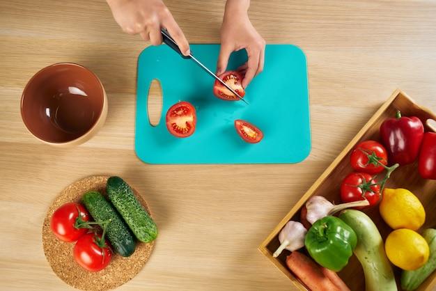 Groenten snijden in de keuken, huisvrouw koken, gezond eten