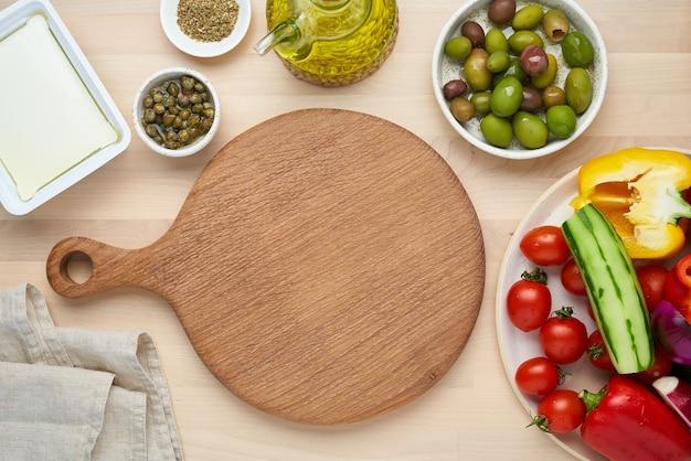 Groenten snijplank griekse salade horiatiki bovenaanzicht kopie ruimte menu recept mock up