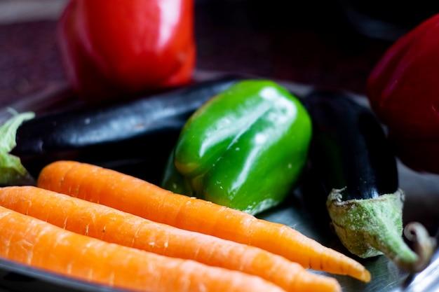 Groenten verse rijpe groenten zoals oranje wortelen, zwarte aubergine en groene paprika