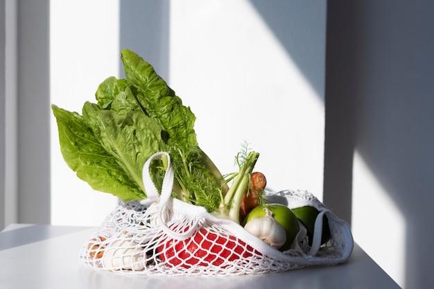 Groentenarrangement in een stoffen zakje