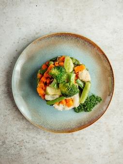 Groentesalade gegarneerd met broccoli