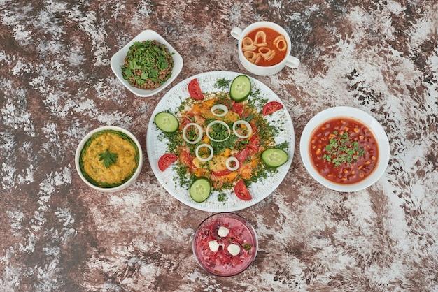Groentesalade in een witte ceramische schotel met kleurrijk voedsel.