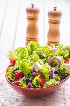 Groentesalade lentegroentesalade verse groentesalade met tomaten, ui, kaas en olijven