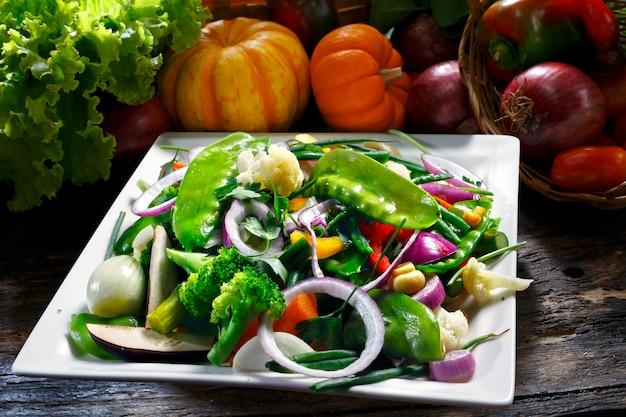 Groentesalade met erwten, uien, bloemkool, pompoen, paprika, champignons.