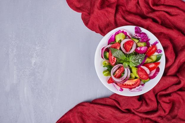 Groentesalade met gesneden en gehakte voedingsmiddelen.