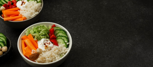 Groentesalade met hoge hoek, couscous en kopie-ruimte