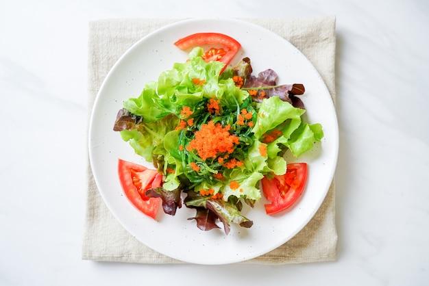 Groentesalade met japans zeewier en garnalen eieren