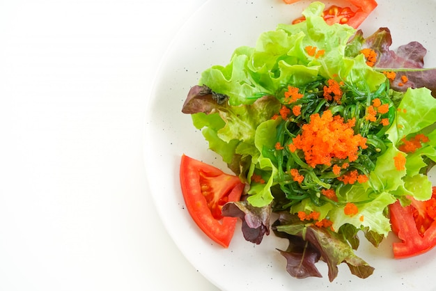 Groentesalade met japans zeewier en garnaleneieren