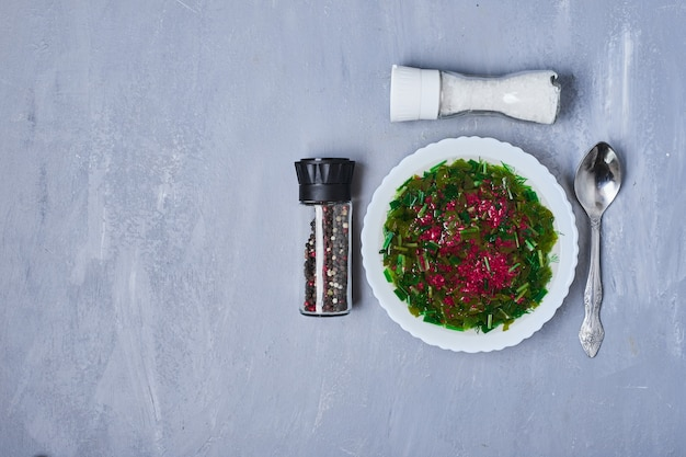 Groentesalade met kruiden en specerijen op blauw