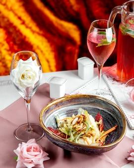 Groentesalade met noten en rose wijn