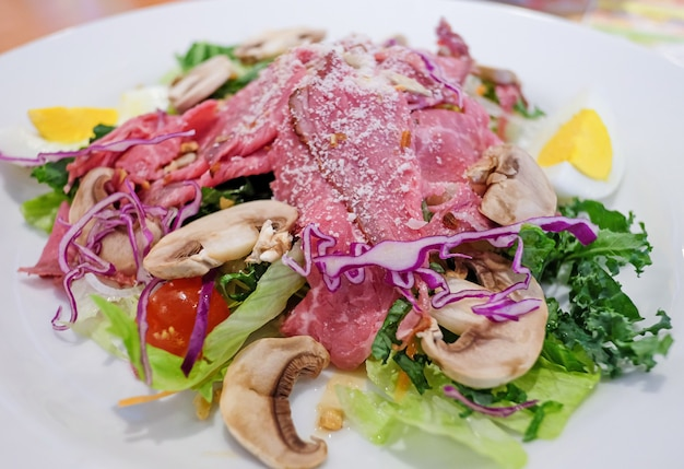 Groentesalade met rundvlees in restaurant