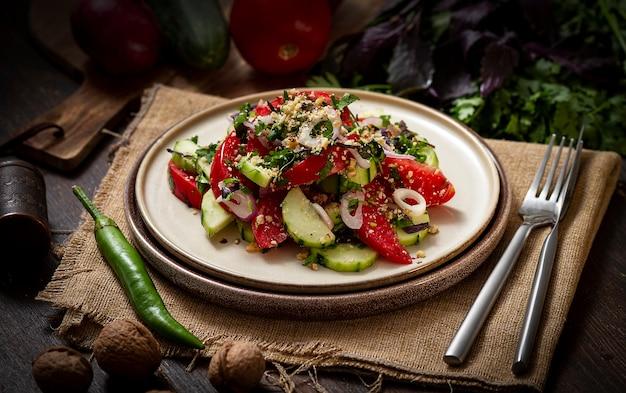 Groentesalade met tomaat en komkommer